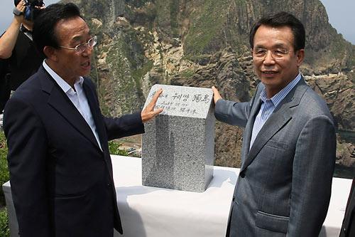 """29日,韩国总理韩升洙为刻有""""独岛属于韩国领土""""的纪念碑揭幕。"""