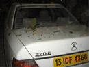 轿车后玻璃被震碎