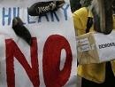 印尼抗议者向希拉里海报扔鞋