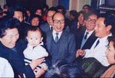 1 9 9 3年,时任全国人大副委员长陈慕华(左一)来医院视察儿童强化免疫工作