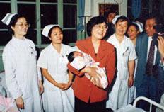1997年中秋节,时任北京市副市长林文漪(左三)来医院亲切慰问医务人员。