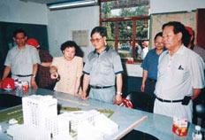 1998年,时任北京市副市长刘敬民(中)到北京妇婴保健医疗中心工地视察。