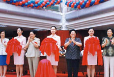 2002年6月6日,全国人大副委员长何鲁丽(左三)、北京市副市长翟鸿祥(右三)等领导来院参加建院43周年暨北京妇幼保健院成立大会。