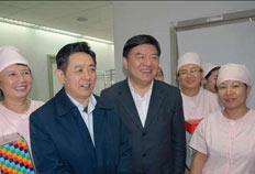 2008年2月6日,卫生部部长陈竺(左三)在北京市副市长丁向阳(左二)的陪同下到医院看望慰问春节期间坚守在一线的医务人员。