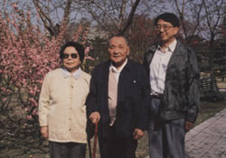 邓小平夫妇与邓质方一起合影